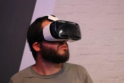 Man kijkt VR porno met Gear VR